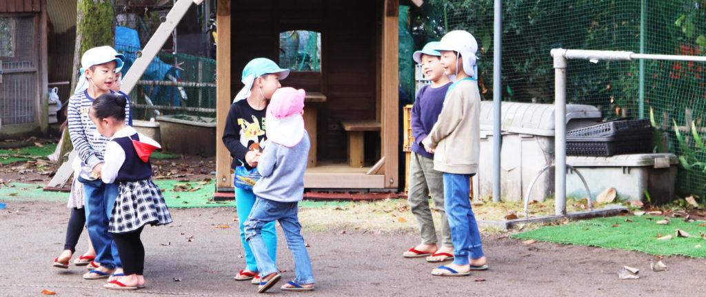 大宮白百合幼稚園 園庭で遊ぶこども 写真