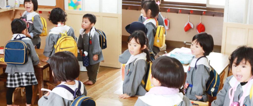 大宮白百合幼稚園 教室の子供 制服 写真