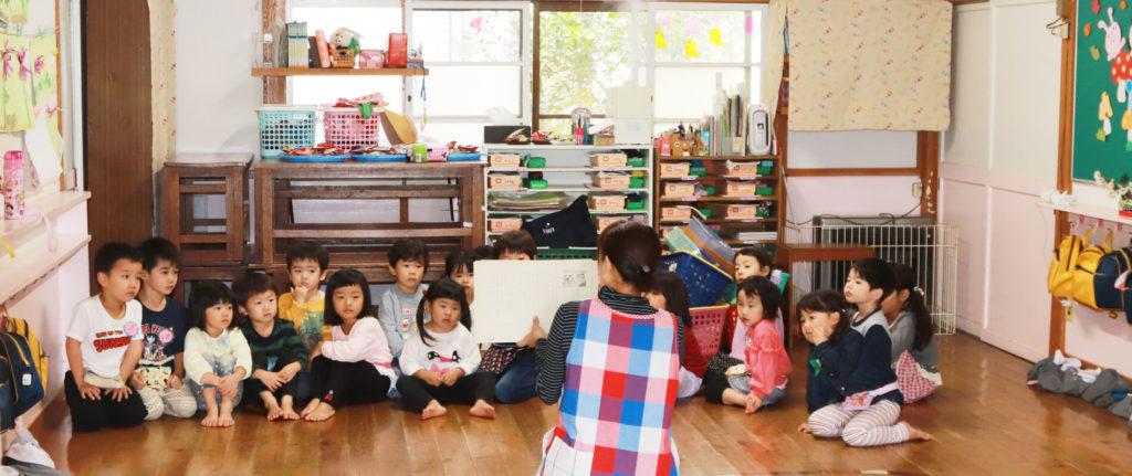 大宮白百合幼稚園 教室での先生とこども達 写真