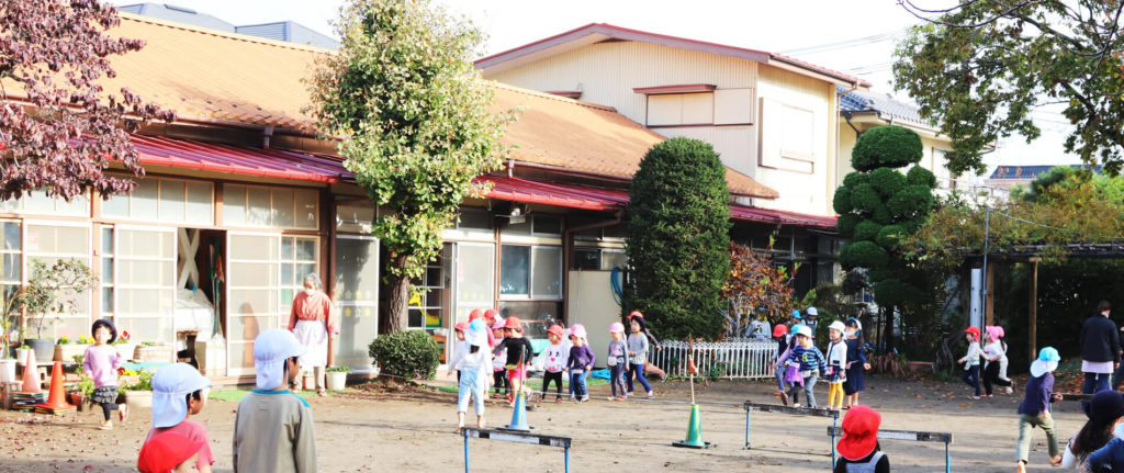 大宮白百合幼稚園 園庭でこどもが裸足で走る写真